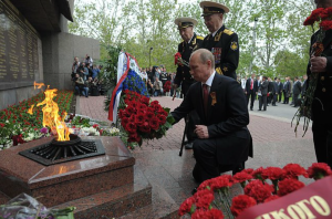 """Putin laying wreaths at a monument to the defenders of Sevastopol in World War II, 9 May 2014 (www.kremlin.ru)"""